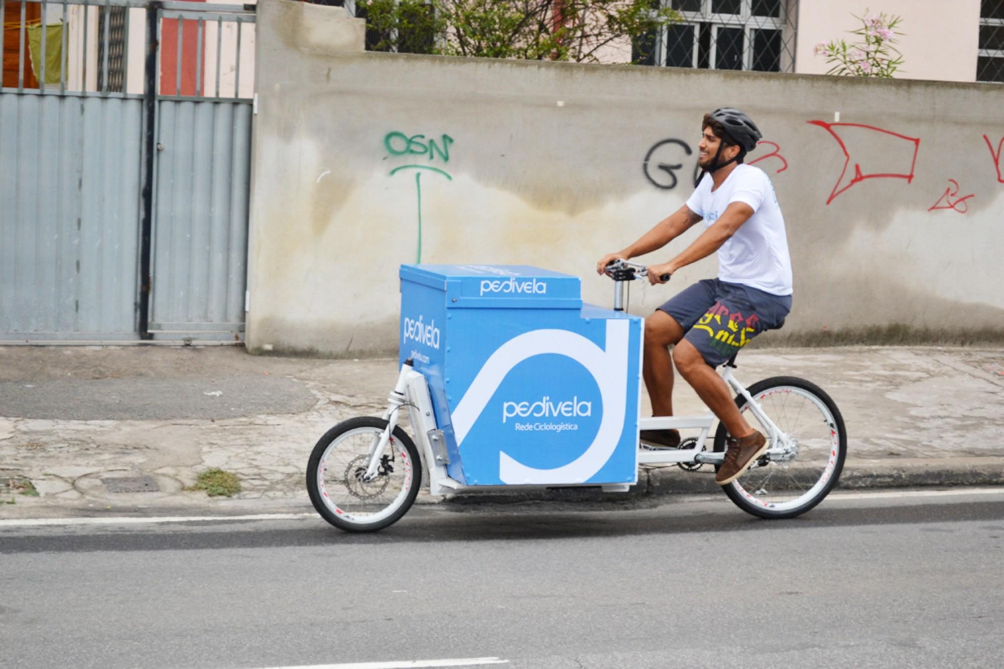 dd3b61317d5 Pedivela brengt de door vrachtwagens geleverde lading via een  barcodesysteem naar de eindbestemming © Pedivela